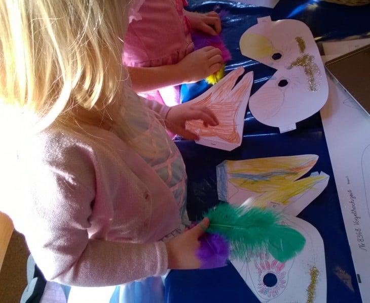 Päiväkodin karnevaalijuhlassa pukeudutaan naamiaisasuihin, askarrellaan, herkutellaan ja leikitään ja lauletaan.