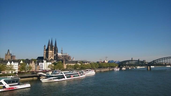 tämä kuva on otettu Deutzer Brucke -sillalta läheltä vastarantaa. Tässä kuvassa tuomikirkko jää jo vanhankaupungin kauniin Grosss Sankt Martin -kirkon taakse.