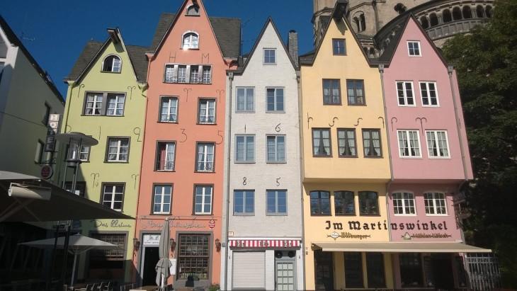 Kölnin vanhankaupungin (Altstadt) ehkä kuvatuimmat talot! Ja söpöjähän ne ovat, ei voi muuta sanoa. Kyseessä on vanha kalatori, Fischmarkt.