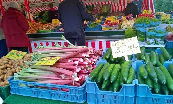 Viikkotorilta kannattaa ostaa kauden kasvikset. Nyt tarjolla esimerkiksi herkullista ja lähellä tuotettua raparperia.