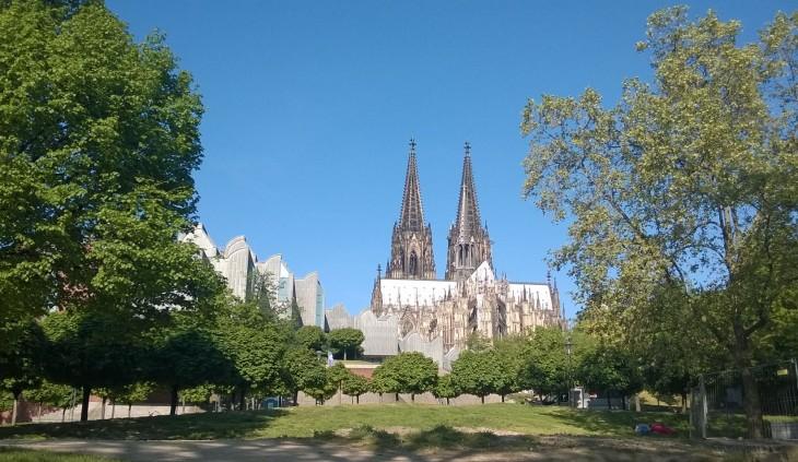 Kölnin keskustakin on paikoin yllättävän vihreä. Tässä kuvassa näkymä Reinin varrelta ylös kohti Domia. Vasemmalla on Kölnin Filharmonia, Kölner Philharmonie.