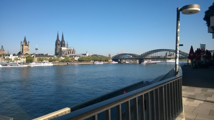 Kuvassa etuoikealta pääsee Reinin rantaan kävelemään. Joen yli katsottuna oikealla näkyy kuuluisa Hohenzollern -silta, jonka kaiteet ovat täynnä rakkauslukkoja. Keskellä tietysti itse Kölner Dom, Kölnin tuomiokirkko.