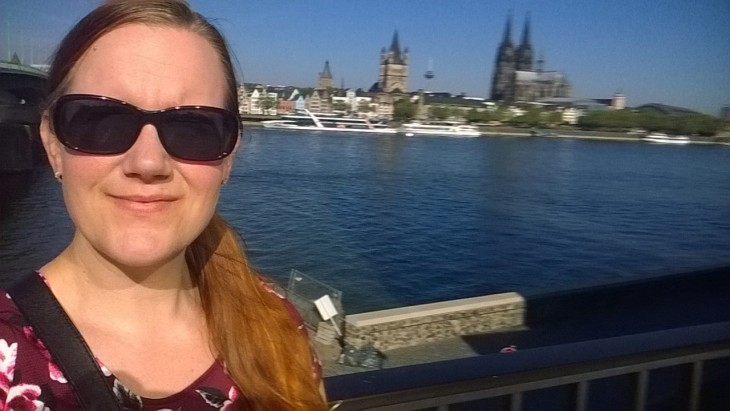 Ihan aamu! Taustalla lempinäkymäni Reinin yli kölnin vanhaan kaupunkiin.