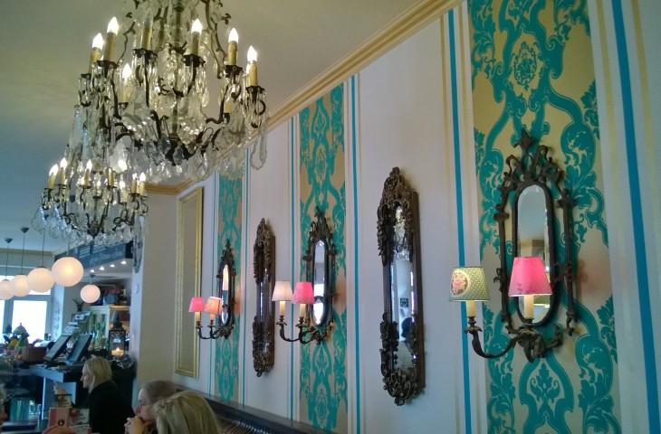 Cafe Schwan Pempelfortissa on todella kaunis. Kyllä näin viehättävässä paikassa voisi nauttia myös iltaisin drinkin tai pari.