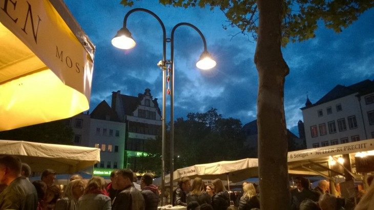 Ilta pimenee ja Kölnin vanhan kaupungin kupeessa järjestettävä Kölnin viiniviikot muuttuu tunnelmalliskeis illanviettopaikaksi.