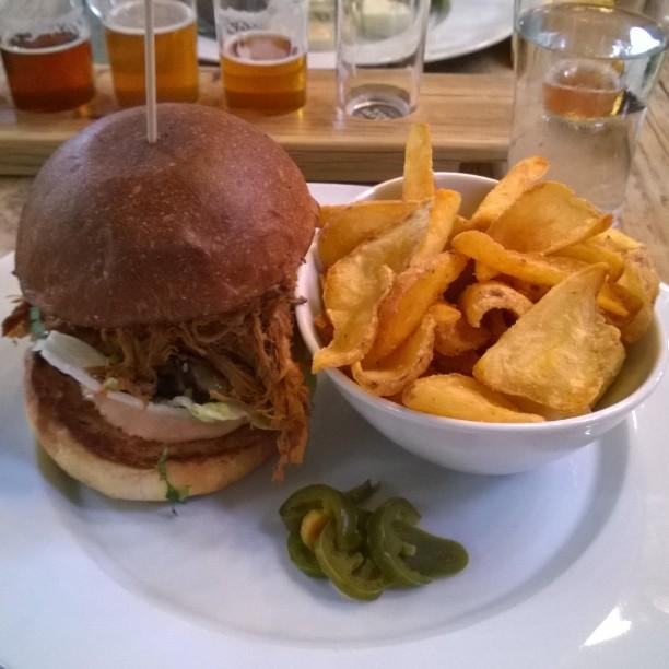 Pulled pork Burger, do yummy #pulledpork #burger #bremenerleben #freiehansestadtbremen #hansedtadt #craftbeer #craftbier #unionbrauerei #brauerei #freiebrauunion #panimoravintola #pienpanimo #panimokulttuuri #handwerksbrauerei #lecker #igtt #IGTravelThursday