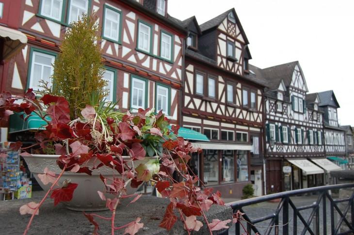 Perinteistä ristikkorakentamista Braunfelsin kylässä.