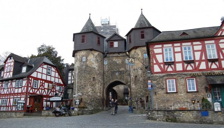 Matka keskustasta ylös linnalle on täynnä viehättäviä yksityiskohtia alhaalta asti.