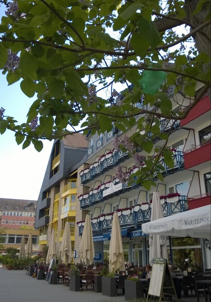 Koblenzin kaupunki on tunnin junamatkan päässä Kölnistä .