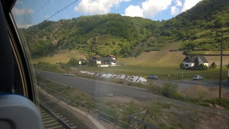 Näin komeita maisemia voi Reinin laaksossa junan ikkunasta ihailla.