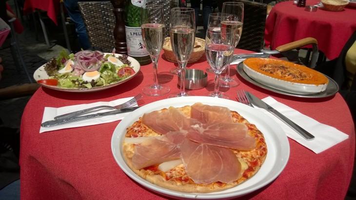 Italiailaisen ravintolan terassilla maistui ruoka herkulliselta. Kyytipoikana Sektiä, saksalaista kuohuviiniä, kuinkas muuten!