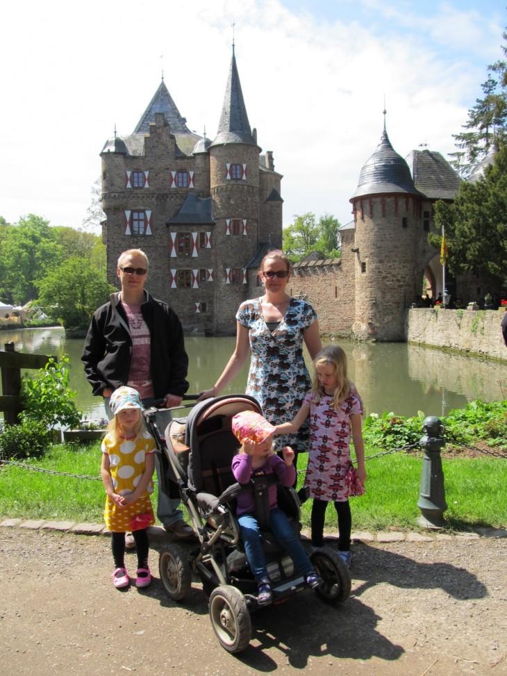 perhepotretti Burg Satzveyn edustalla muutaman vuoden takaa.