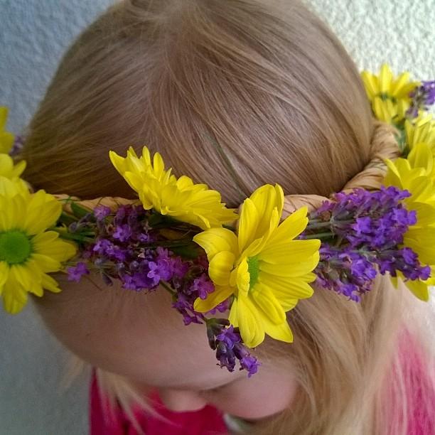 Hyvää Juhannusta! Johannisfest im kindergarten. #juhannus #johannisfest #seppele #kukkaseppele #Blumenkranz #Kindergarten #Waldorf #waldorfkindergarten #juhannusseppele #uusipostaus #matkablogi #lempipaikkojani #lavendel #Chrysantheme #midsummer #flower #midsummerfestival