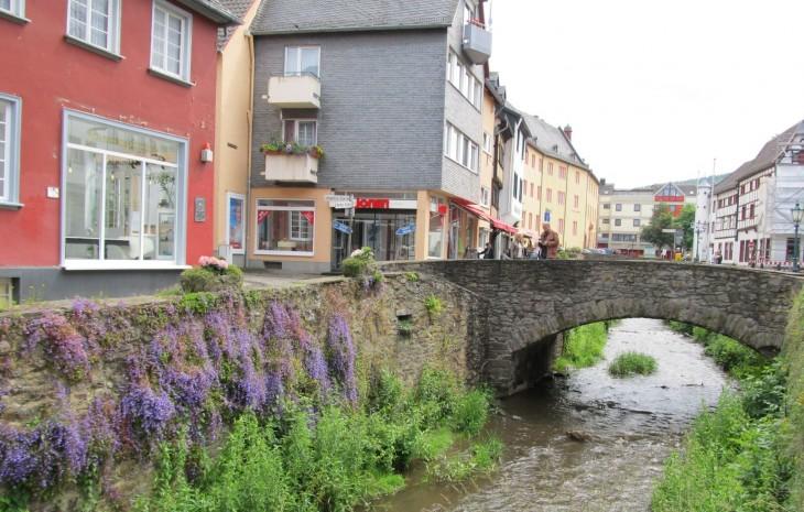 Bad Munstereifelin läpi virtaa Erft-joki.