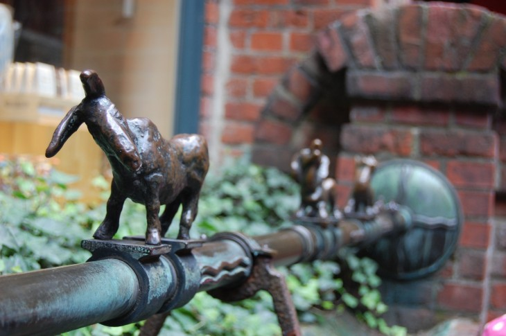 Nämä pienet hahmot löytyvät Böttscherstrassen varrelta.