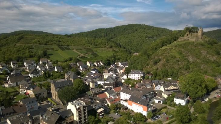 Tämä kuva on otettu Altenahrin kylän ja Ahr-joen toiselta puolelta, näköalapaikalta jonne kiipesimme elokuussa 2015. Oikealla näkyy Berg Are linnan rauniot, jotka olivat kohteenamme Altenahrin toisella vierailullamme.