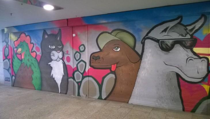tämä tunnelin seiniä koristava Bremenin musikanteista kertova maalaus oli niin valtava, ettei sitä pystynyt kuvaamaan suoraan.