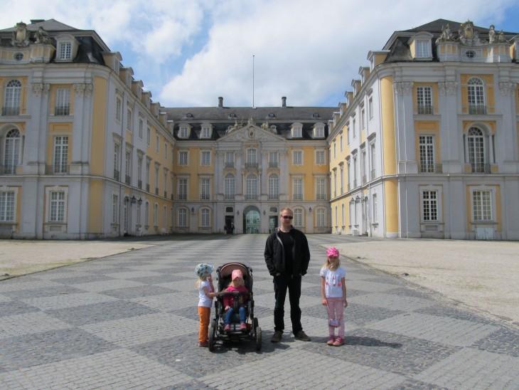 Schloss Augustusburg on rokokoo-tyylinen linna. Sisälle pääsee vain ohjatuilla kierroksilla.