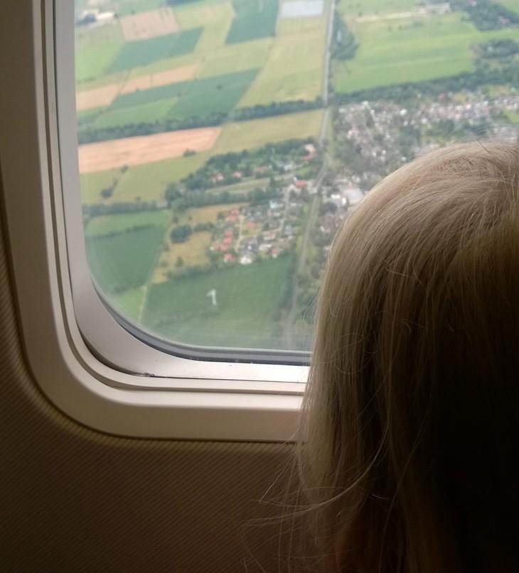 Lennolla Bremenistä Tampereelle sai ikkunasta ihailla vehreitä peltoja.