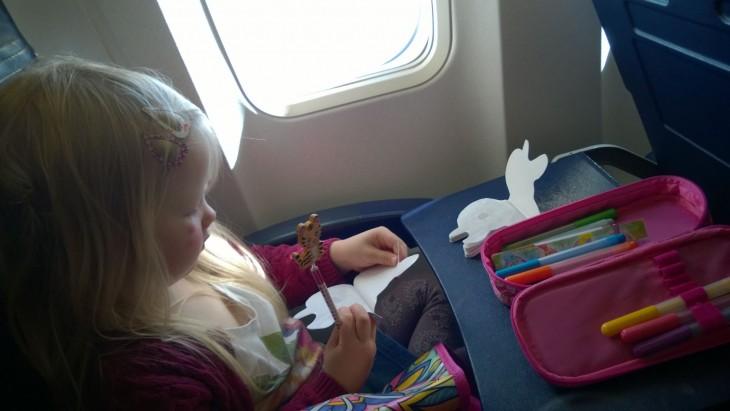 Lapsille on hyvä varata erilaista puuhaa lentokoneeseen. Myös omat eväät otamme joka kerta mukaan.