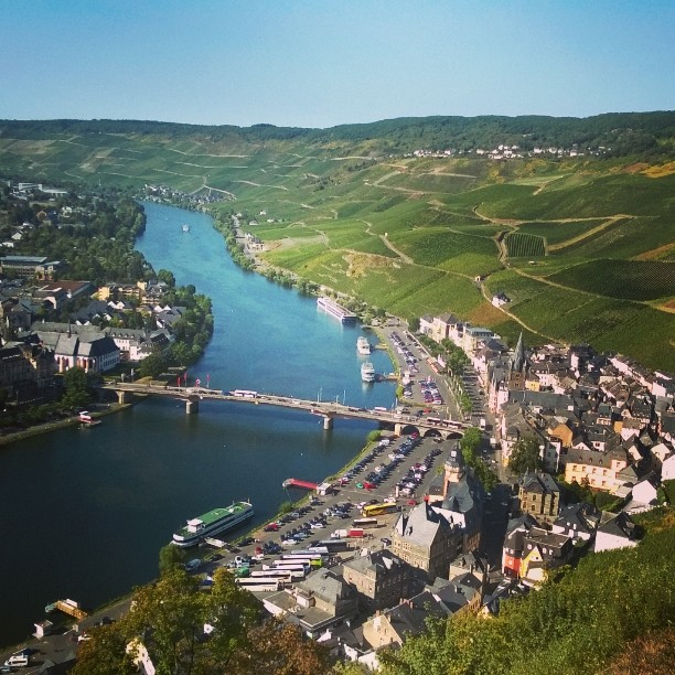 View over Mosel river and wine yards and beautiful city of Bernkastel-Kues #mosel #moseltal #bernkastel-kues #Riesling #germanwines #winearea #winetourism #vineyard #saksanviinit #lomallesaksaan #matkablogi #lempipaikkojani #ruins #moselblick #aussicht #bernkastel #September