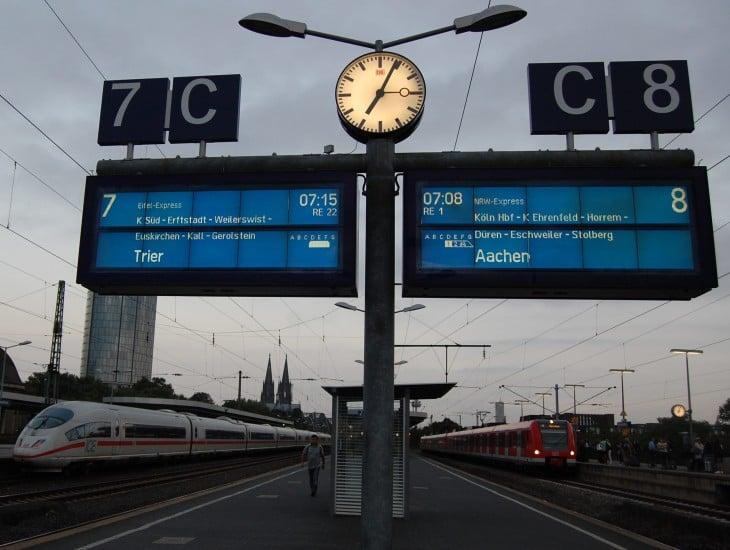 Täältä lähdin eli Köln Messe rautatieasema aamuvarhaisella. (Lisätehtävä: etsi kuvasta Kölnin tuomiokirkko, Dom)