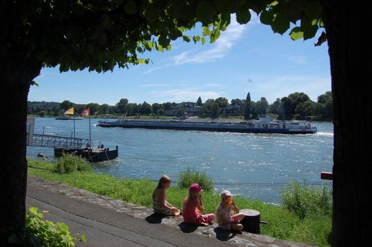 Jäätelötauko Reinin rannalla. Ohi lipuvia valtavia rahtialuksia on kiva seurata. Rahtliikenteen lisäksi Reinillä liikennöi erilaisia risteilyaluksia.