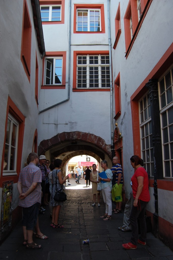 Trieristä löytyy myös Saksan vanhimpiin kuuluva juutalaisyhteisö. Tässä olemme tutustumassa juutalaiskortteliin oppaamme johdolla.