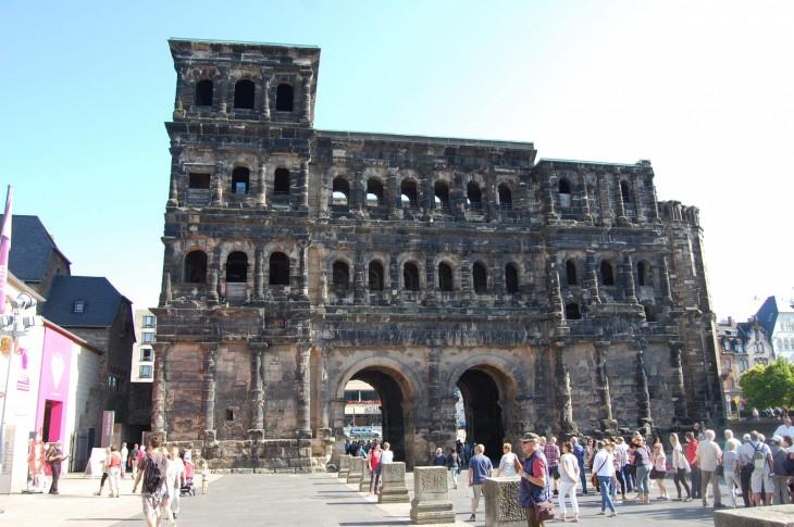 Ja tänne saavuin kolmisen tuntia myöhemmin. 2000 vuotta vanhan kaupungin portille, Trieriin.