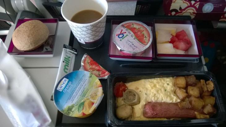 Aikuisten suolainen aamupala sisälsi kananmunaa ja kanamakkaraa.