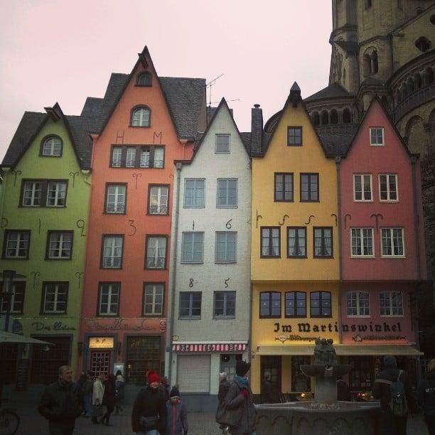 Cologne old town, Germany. Köln Altstadt. Kölnin vanhan kaupungin värikkäät talot ovat aikasta söpöjä. #Köln #visitkoeln #cologne #visitcologne #thisisgermany #kölnistschön #kölnliebe #lovecologne #citybreak #oldtown #kölnaltstadt #kaupunkiloma #matkablogi #lempipaikkojani #matkabloggaaja #lomallesaksaan #saksa #saksansuomalaiset
