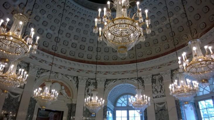 Benrathin linnan tanssisali on upeasti koristeltu. Yksityiskohdissa ei todellakaan ole pihistelty.