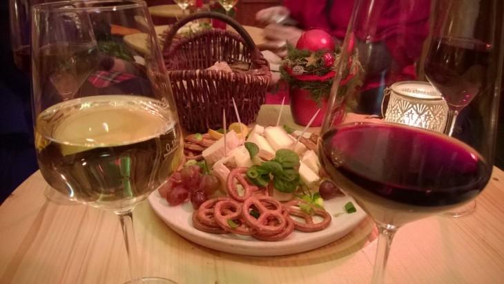 juustolautanen ja viiniä