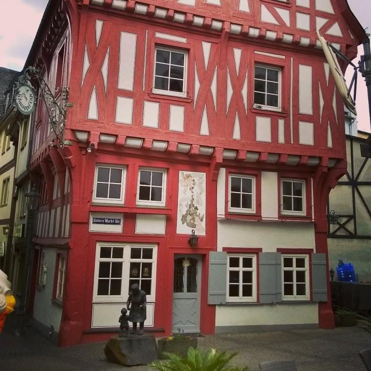 Onkohan tässä Boppardin söpöin talo? Edustalla kuuluisan karkkikauppias Elsjen muistoksi pystytetty patsas Schnuggel Elsje