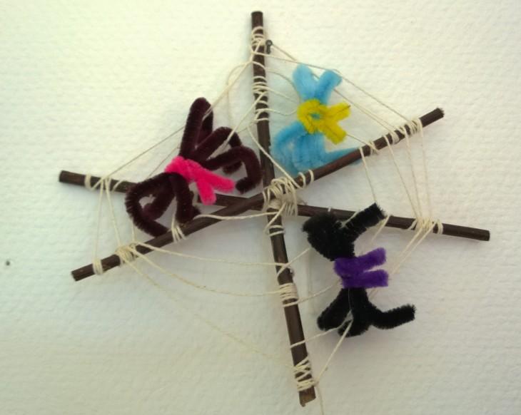 Päiväkodin karnevaalijuhlissa karnevaalilaulujen, herkuttelun ja tanssimisen lisäksi askarrellaan. tässä eskarilaisen hieno hämähäkkiteos.