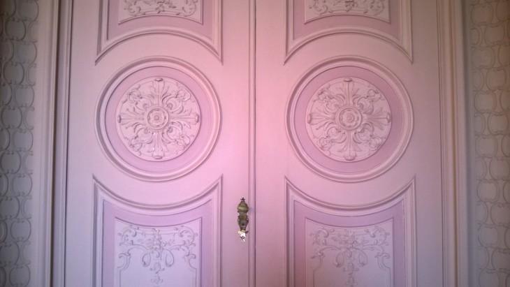 vaaleanpunainen_ovi