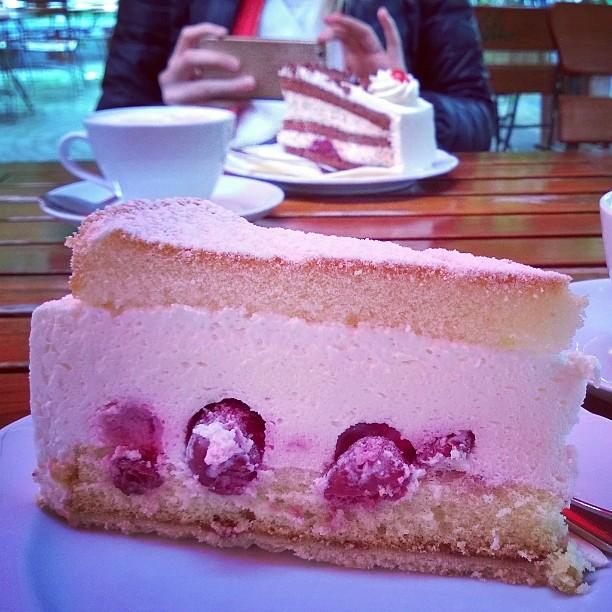 Kakkukahveilla Kaffee und Kuchen Kaffee kuchen ksesahnekuchen Dsseldorf thisisgermany mygermanyhellip