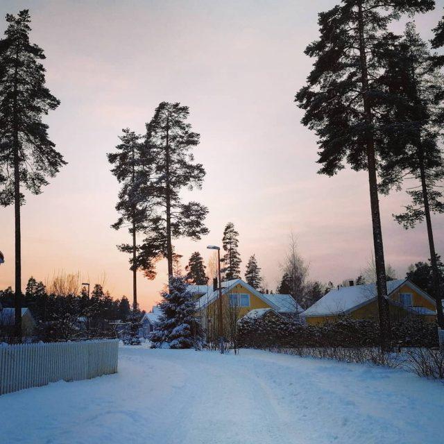 Tist kotiin niss maisemissa Onnekkaalta tuntuu visitfinland auringonlasku suomentalvi pakkanenhellip