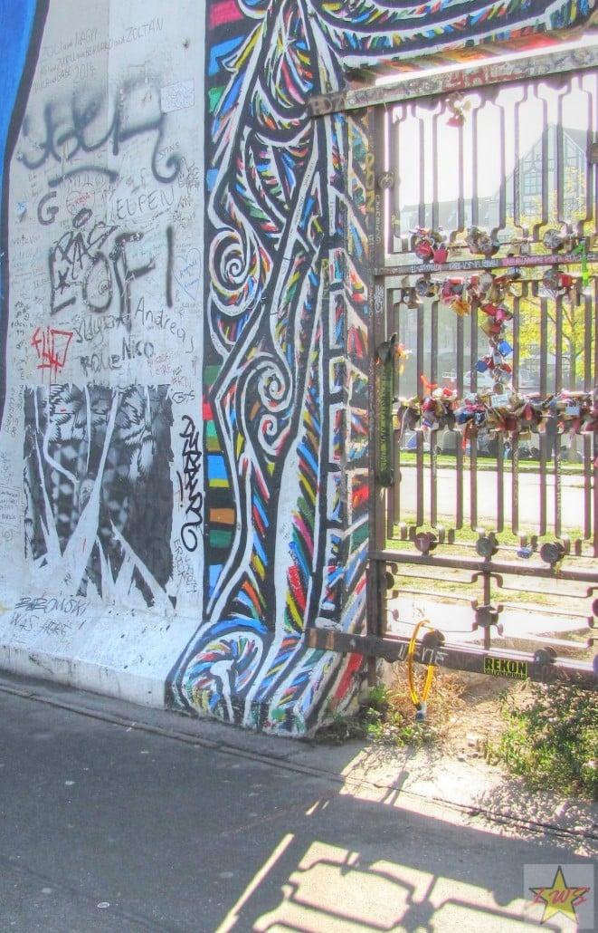 Ainoat Berliinin muuriin kiinnitetyt lemmenlukot ovat kiinni tässä rautaisessa portissa. Kiinnitimme myös omamme siihen.