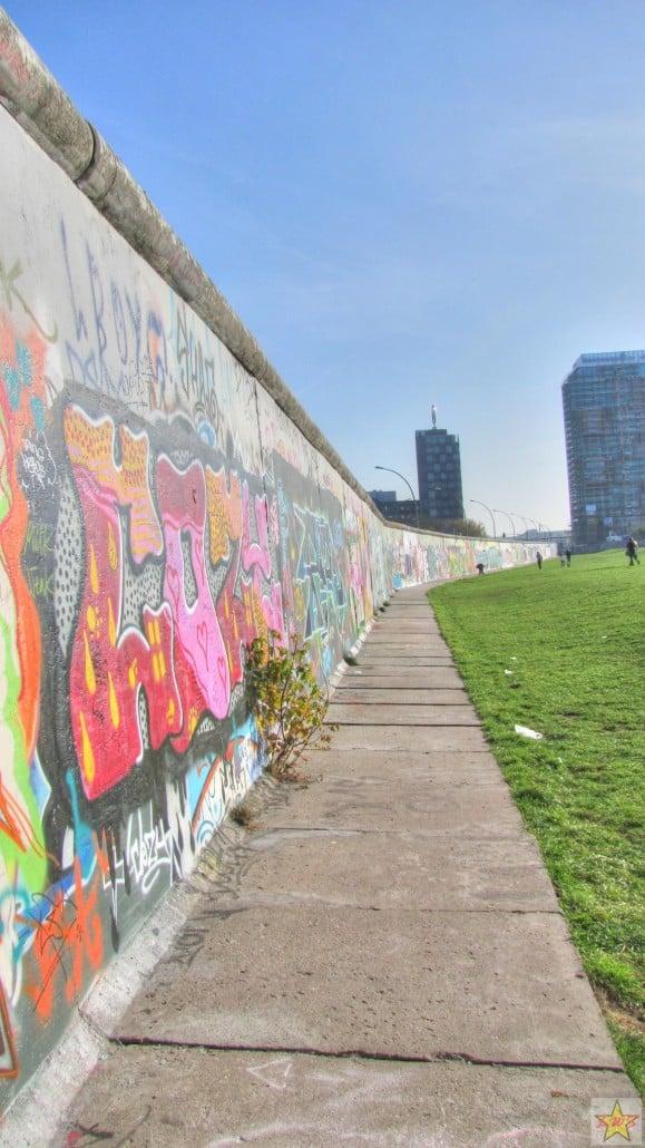 East Side Gallery on osa jäljellä olevaa Berliinin muuria, jota taiteilijat ovat koristelleet.