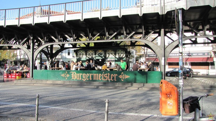Burgermeisterin löytää helposti Itä-Berliinin Oberbaumstraßen varrelta.