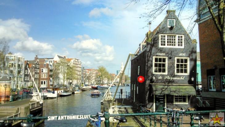 Upeat vanhat rakennukset vinoine kattoineen tekevät Amsterdamista itsessään nähtävyyden.