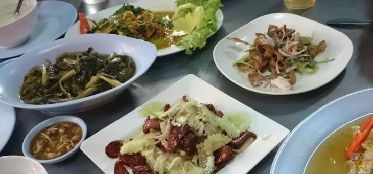 Paikallisen katuravintolan herkkuja Surat Thanissa.