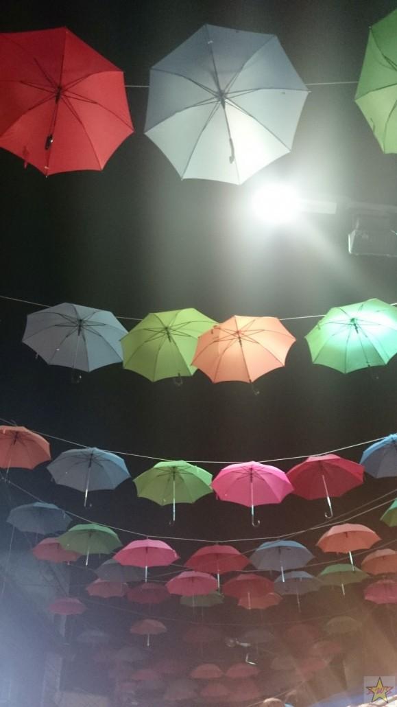 Katutorin päälle aseteltuja päivänvarjoja luomassa tunnelmaa.