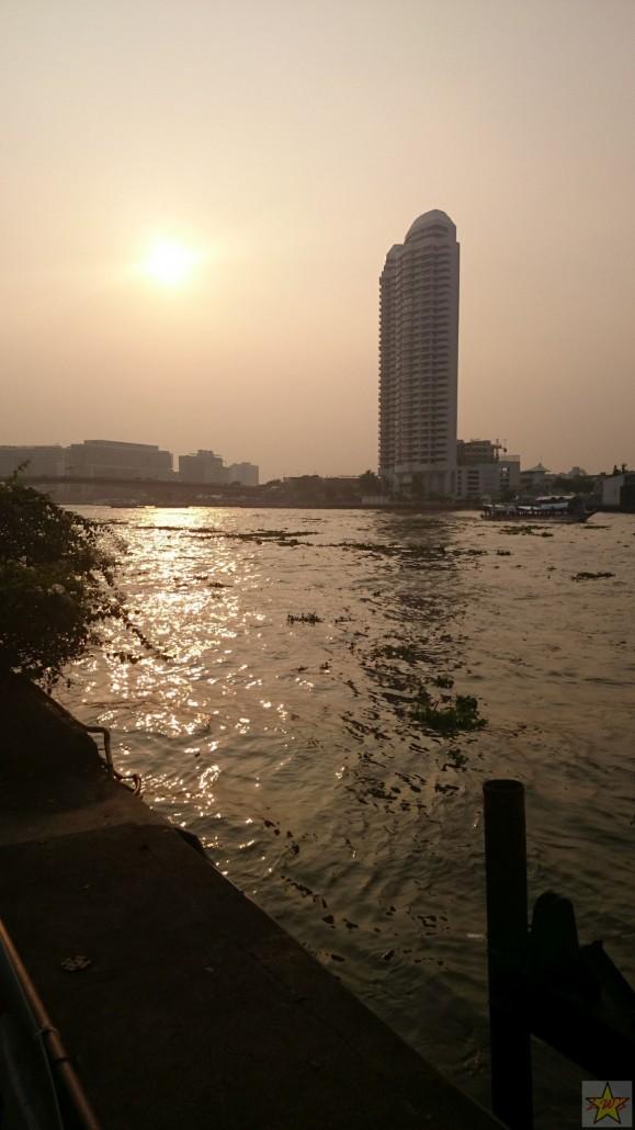 Aurinkoista siluettia Bangkokin Chao Phraya- joen varrelta