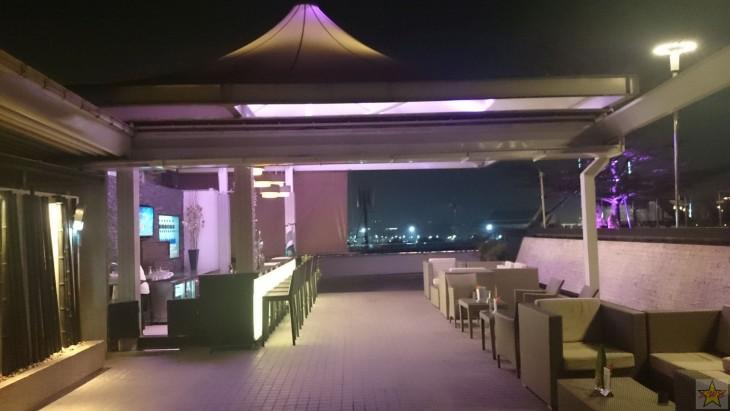Dang Derm -hotellin kattoterassin baari- ja allasalue on tunnelmallinen hengähdyspaikka.