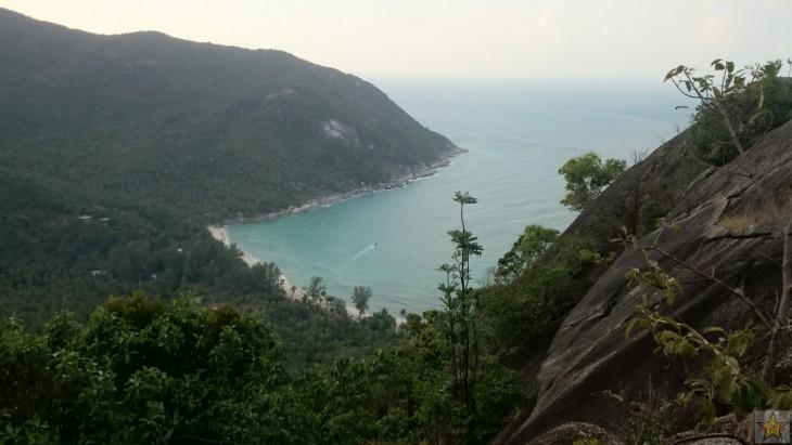 Näköalakalliolta oli mahtavat näkymät rannalle, joka näyttääkin ylhäältä erittäin pieneltä.