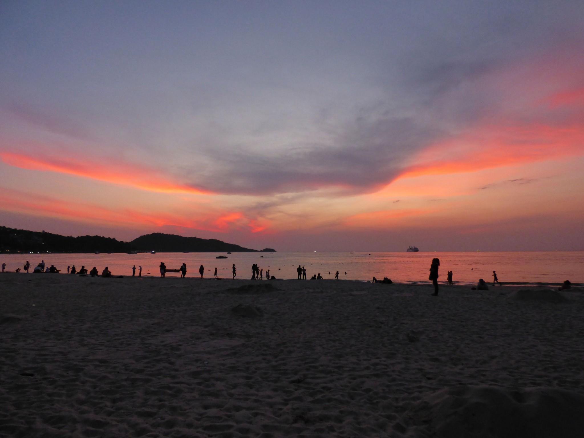 Phuket liekehtivä taivas
