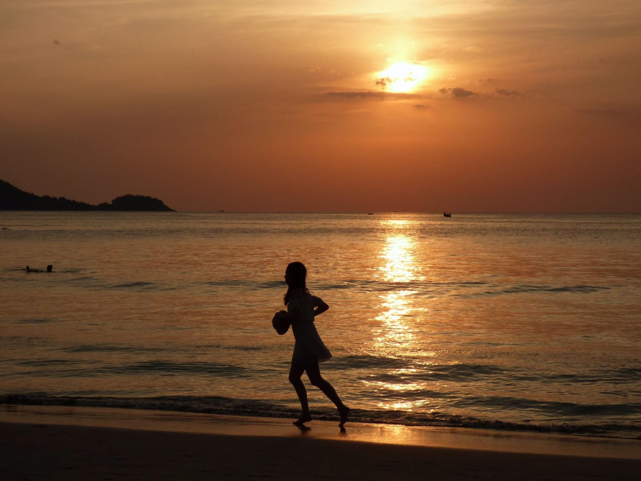 phuket auringonlasku tyttö