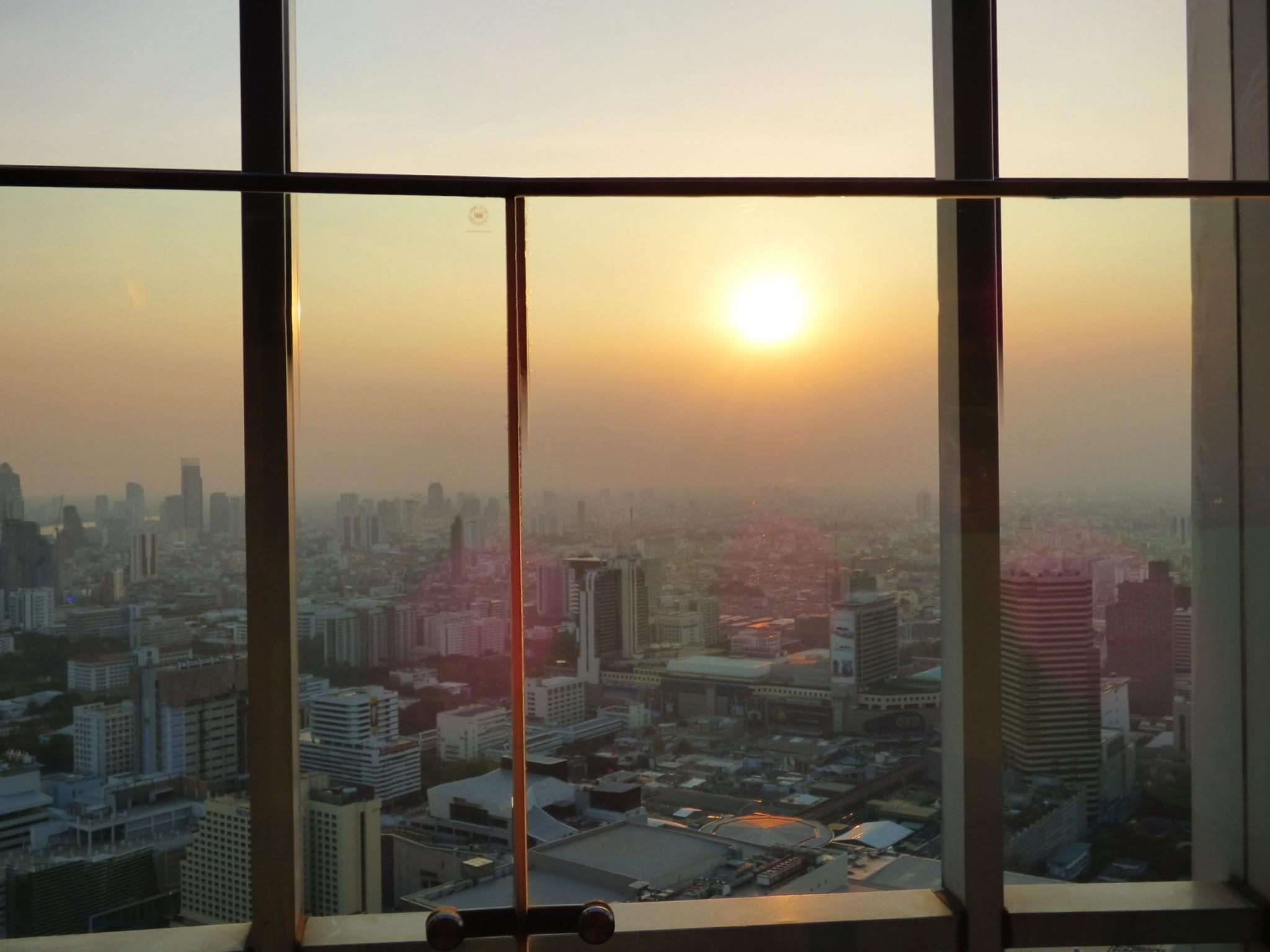Red Sky kattobaari Bangkok auringonlasku